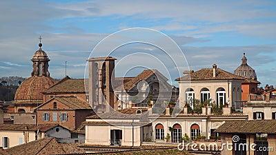 Πολύχρωμοι στέγες και θόλοι των ναών στη Ρώμη απόθεμα βίντεο