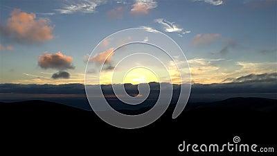 Πορτοκαλιά σύννεφα στο ηλιοβασίλεμα ενάντια στις χρονικές περιτυλίξεις μπλε ουρανού απόθεμα βίντεο