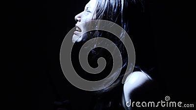 Πορτρέτο ενός εμπνευσμένου κοριτσιού εφήβων αποκριών φρίκης κραυγή με ένα μαχαίρι φιλμ μικρού μήκους