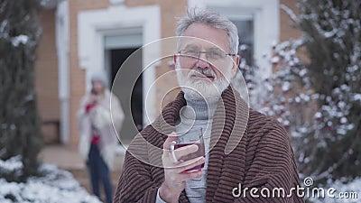 Πορτρέτο ενός χαριτωμένου ανώτερου Καυκάσου που ποζάρει σε εξωτερικό χώρο με φλιτζάνι τσάι Κομψός γκρίζος άνδρας συνταξιούχος με  απόθεμα βίντεο