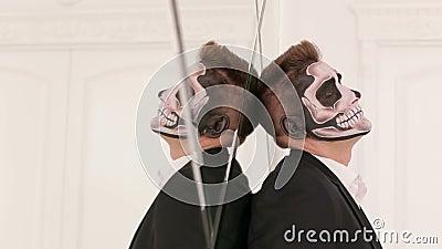 Πορτρέτο κινηματογραφήσεων σε πρώτο πλάνο του ατόμου με ένα κρανίο makeup, ενάντια στον τοίχο καθρεφτών αποκριές φιλμ μικρού μήκους