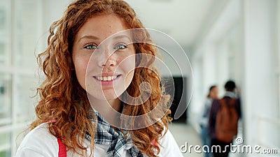 Πορτρέτο μιας αρκετά νεαρής κοπέλας που χαμογελάει κοιτώντας την κάμερα στο κολέγιο φιλμ μικρού μήκους