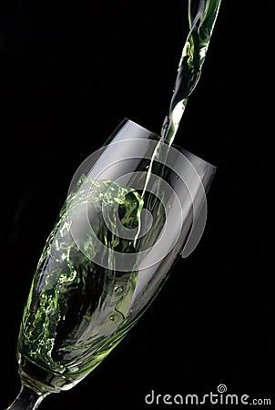Ποτήρι του ποτού που χύνεται