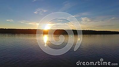 Ποταμός μπροστά από το ηλιοβασίλεμα, εναέρια άποψη φιλμ μικρού μήκους