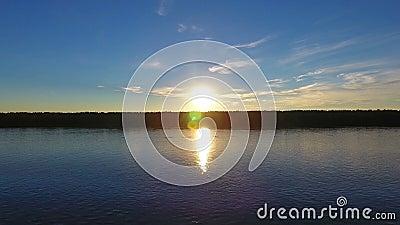 Ποταμός μπροστά από το ηλιοβασίλεμα, εναέρια άποψη απόθεμα βίντεο
