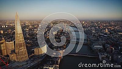 Ποταμός Τάμεσης μέσα - μεταξύ της σύγχρονης αρχιτεκτονικής του Λονδίνου κεντρικός στο όμορφο εναέριο πανόραμα κηφήνων φιλμ μικρού μήκους