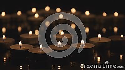 Πολλά κεριά Cinemagraph που καίνε στο σκοτάδι απόθεμα βίντεο