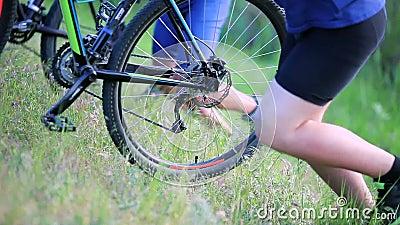 Ποδηλάτες που ωθούν τα ποδήλατα επάνω ένας λόφος απόθεμα βίντεο