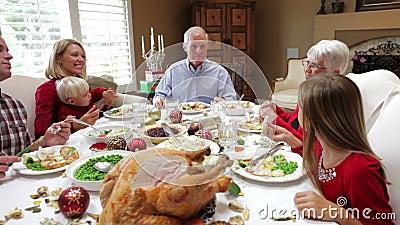 Πολυ οικογένεια παραγωγής που απολαμβάνει το γεύμα ημέρας των ευχαριστιών φιλμ μικρού μήκους