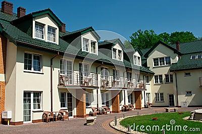 πράσινη αυλή στεγών ξενοδοχείων