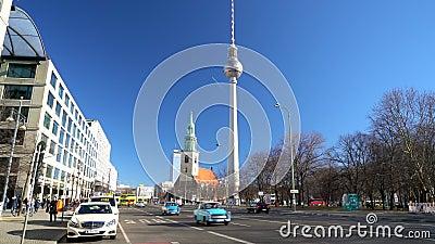 Προβολή ημέρας κατά μήκος του Karl Liebknecht Strasse προς τον τηλεοπτικό πύργο Berliner Fernsehturm, Βερολίνο, Γερμανία απόθεμα βίντεο