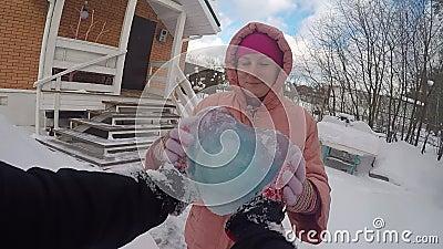 Προβολή πρώτου ατόμου Ένας άντρας δίνει σε ένα κορίτσι μια καρδιά από μπλε πάγο Ιδέα που σου δίνω καρδιά 14 Φεβρουαρίου, χειμώνας φιλμ μικρού μήκους