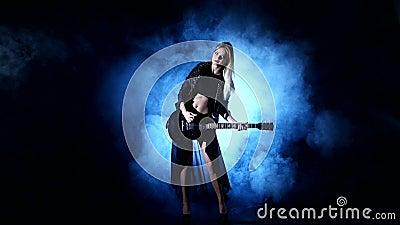 Προκλητική κιθάρα παιχνιδιών γυναικών Headbanging στη συναυλία απόθεμα βίντεο