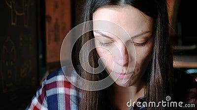 Πρόσωπο γυναικών ` s κινηματογραφήσεων σε πρώτο πλάνο που τρώει ένα κομμάτι του χοιρινού κρέατος που χρησιμοποιεί ένα δίκρανο Η κ απόθεμα βίντεο