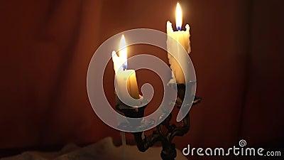 Πυρκαγιά κεριών στο σκοτάδι απόθεμα βίντεο