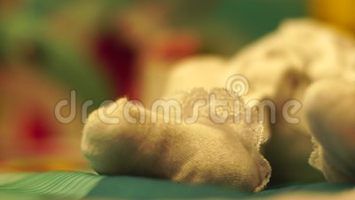 Πόδι μικρού νεογέννητου φιλμ μικρού μήκους
