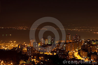 Πόλη νύχτας κοντά στη θάλασσα