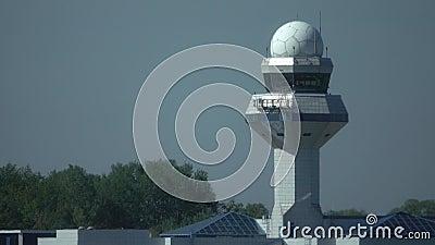 Πύργος ελέγχου αερολιμένων πέρα από την ελαφριά ομίχλη θερμότητας διαδρόμων απόθεμα βίντεο