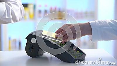 Πληρωμή σε ένα εμπόριο με το σύστημα nfc και την ανέπαφη κάρτα απόθεμα βίντεο