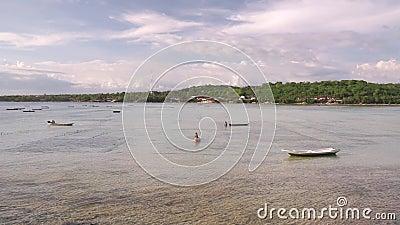 Ρηχός ποταμός μεταξύ των νησιών Nusa απόθεμα βίντεο
