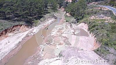 Ρηχός στενός λασπώδης ποταμός που χρησιμοποιείται για να εξαγάγει άμμου την ανώτερη άποψη απόθεμα βίντεο