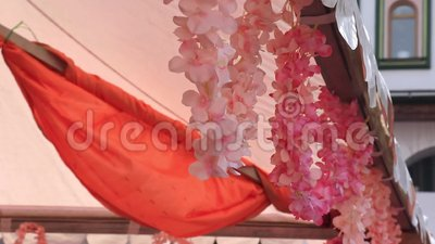 Ροζ λεπτά ψεύτικα καλλιτεχνικά λουλούδια διακοσμούν στον άνεμο σε φεστιβάλ διακοπών απόθεμα βίντεο