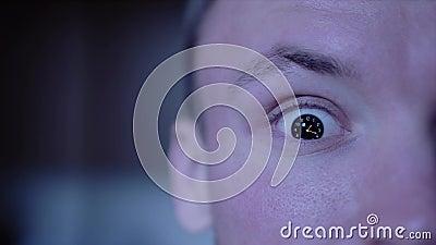 Ρολόι στη λωρίδα χρόνου στο μάτι του ατόμου απόθεμα βίντεο