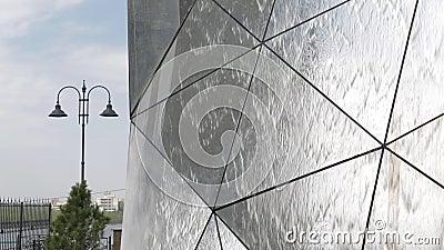 Ρωσία, Ομσκ Τεμάχιο μιας μικρής αρχιτεκτονικής πηγής μορφή-καθρεφτών σε ένα υπόβαθρο ενός τοπίου πόλεων απόθεμα βίντεο