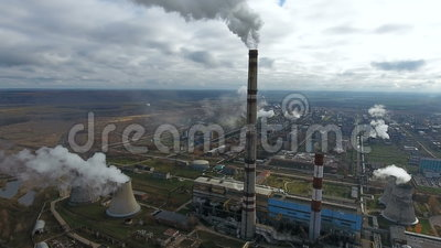 Ρύπανση οικολογίας Το βιομηχανικό εργοστάσιο μολύνει το φυσώντας καπνό περιβάλλοντος από τους σωλήνες απόθεμα βίντεο