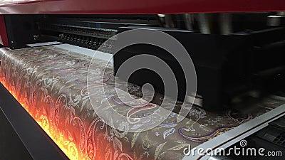 4 ΣΕΠΤΕΜΒΡΊΟΥ 2019: Βιομηχανική εκτύπωση σε υφασμένο υλικό, ο σύγχρονος ψηφιακός εκτυπωτής inkjet τοποθετεί μια εικόνα σε ένα παν φιλμ μικρού μήκους