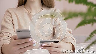 Σε απευθείας σύνδεση τραπεζικές εργασίες με το έξυπνο τηλέφωνο lifestyle Εύκολος πληρώστε τη χρησιμοποίηση του έξυπνου τηλεφώνου  απόθεμα βίντεο