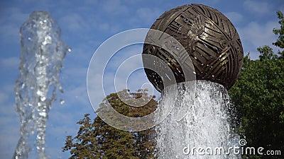 Σιντριβάνι με στρογγυλή σφαίρα, Κίνηση του Σιντριβάνι, Σιντριβάνι στον κήπο απόθεμα βίντεο
