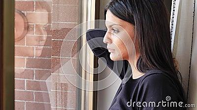 Σκεπτική αρκετά καταθλιπτική νέα γυναίκα, που κοιτάζει κάτω απόθεμα βίντεο
