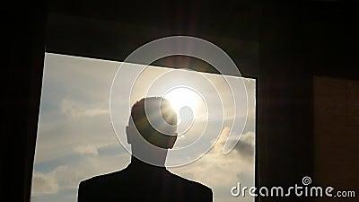 Σκιαγραφία της κουρτίνας ανοίγματος ατόμων σε αργή κίνηση Από το σκοτάδι στο φως απόθεμα βίντεο