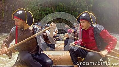 Σκληρά εργαζόμενοι πειρατές που ξεκουράζονται και κουπώνουν σε ποτάμι απόθεμα βίντεο