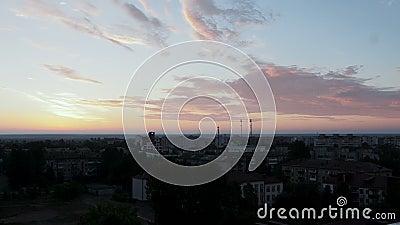 Σκούρος μπλε ουρανός με ροζ και κίτρινα σύννεφα πάνω από την πόλη νωρίς το πρωί ή αργά τη νύχτα απόθεμα βίντεο