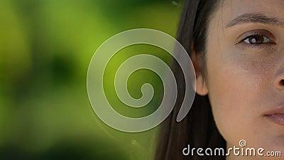 Σοβαρή νεαρή γυναίκα που ψάχνει στην κάμερα, την υγεία των γυναικών, τον κίνδυνο και τα προβλήματα φιλμ μικρού μήκους