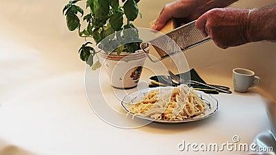 Σπαγγέτι - φρέσκο μαγειρεμένο και πεντανόστιμο, στα ζυμαρικά τυλίγεται με το χέρι αλεσμένο σκληρό τυρί απόθεμα βίντεο