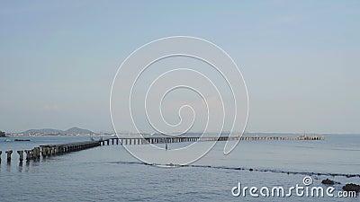 Σπασμένη ξύλινη γέφυρα στη ζημία θάλασσας από τη θύελλα σε Rayong, Ταϊλάνδη απόθεμα βίντεο