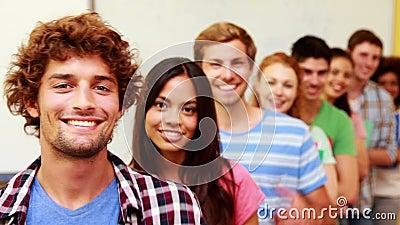 Σπουδαστές που στέκονται στην τάξη που δίνει τους αντίχειρες στη κάμερα σε μια γραμμή απόθεμα βίντεο