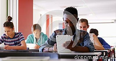 Σπουδαστές που χρησιμοποιούν τις ψηφιακές ταμπλέτες στην τάξη
