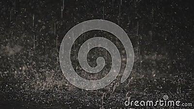 Σταγόνες βροχής στο σκοτάδι στο φως 1 φαναριών απόθεμα βίντεο