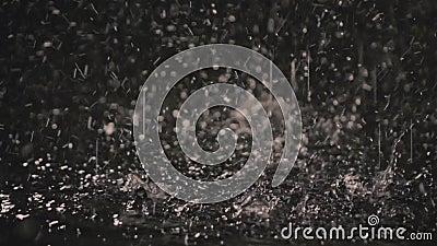 Σταγόνες βροχής στο σκοτάδι στο φως 3 φαναριών φιλμ μικρού μήκους