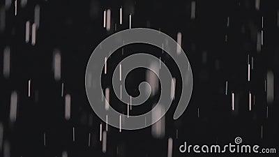 Σταγόνες βροχής στο σκοτάδι στο φως 4 φαναριών απόθεμα βίντεο