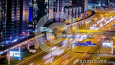 Σταθμός μετρό με την κυκλοφορία στη νύχτα εθνικών οδών timelapse στο Ντουμπάι, Ε.Α.Ε. Το μετρό του Ντουμπάι τρέχει 40 χλμ κατά μή απόθεμα βίντεο