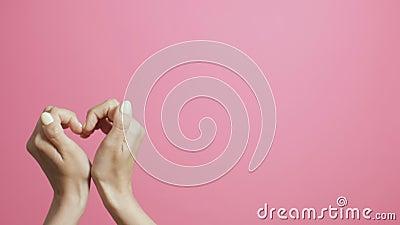 Σταυρωμένα δάχτυλα ενός κοριτσιού σε ένα ροζ στούντιο, χέρια που δείχνουν ένα hashtag σχήμα, ιδέα κοινωνικών δικτύων, ευρετήριο,  απόθεμα βίντεο