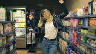 Στην υπεραγορά: ευτυχείς χοροί καλαθιών αγορών εκμετάλλευσης νέων κοριτσιών μέσω των αγαθών καλλυντικών και γαλακτοκομικά προϊόντ απόθεμα βίντεο