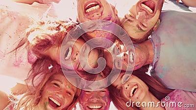 Στους σε αργή κίνηση ευτυχείς φίλους που καλύπτονται στο χρώμα σκονών