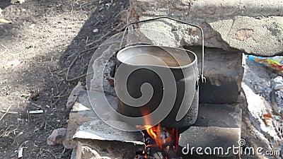Στρατόπεδο σφαιριστών σε μια πυρκαγιά φιλμ μικρού μήκους