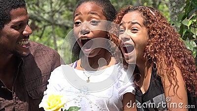 Συγκινημένοι αφρικανικοί φίλοι στο δάσος απόθεμα βίντεο